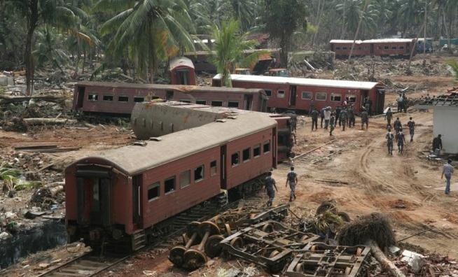 """2004 年斯里兰卡""""海洋王后号""""火车事故 大约1700-2000人死亡。"""