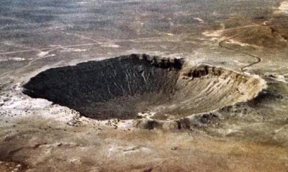 ▲图1 美国亚利桑那州的巴林杰陨石坑,直径约1200m,宽约170m,形成于约5万年前