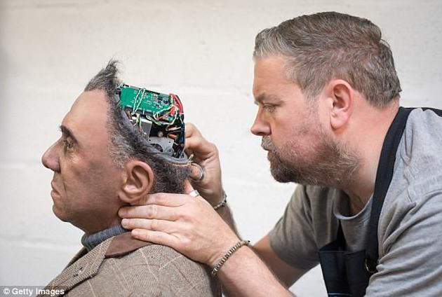 英科学家发明超逼真机器人:可跳舞,多种语言交谈