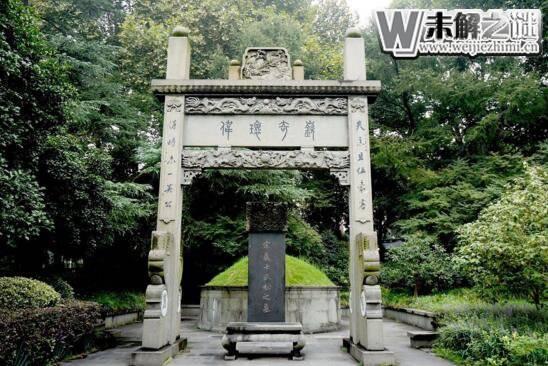 武松墓建于杭州西湖,千年后墓上撒满花瓣