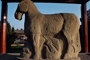 霍去病墓,墓前建有马踏匈奴石像